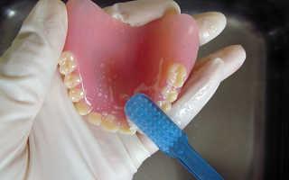 Какой уход требуется за съемными зубными протезами